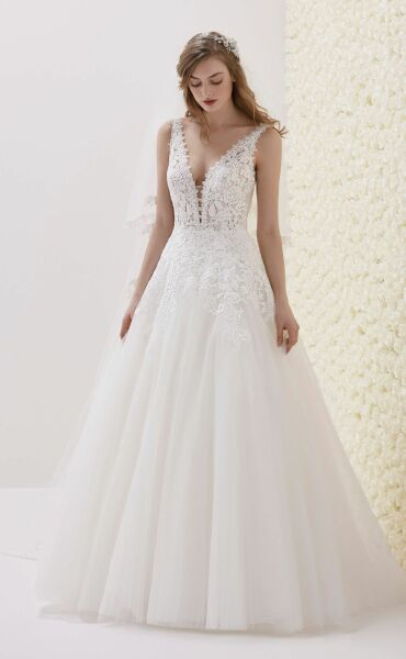 Pronovias Estibaliz a Art. 28544 Valkengoed Wedding Fashion Amersfoort.jpg